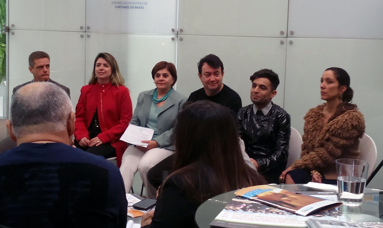 Da esquerda para a direita: Rogério Souza da CICB; Juliana Borges, do Sebrae; Walter Rodriguez, do Núcleo de Design da Assintecal; Jefferson de Assis, do Projeto Referências Brasileiras; Isabela Capeto, do Projeto EcoDesign (Foto: Luciana Almeida)