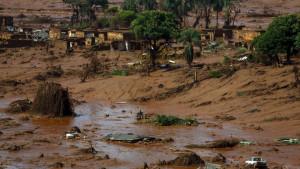 size_810_16_9_cidade-de-bento-rodrigues-em-minas-gerais-coberta-por-lama-apos-rompimento-de-barragem