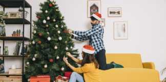 pessoas montando a árvore de Natal