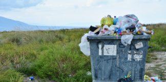 caçamba com lixo