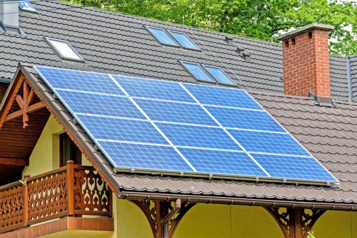 painéis solares instalados no telhado
