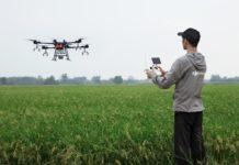 produtor usando drone na plantação