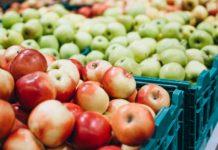 caixotes de maçãs em feira